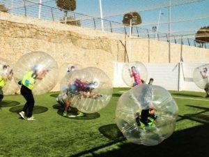 amigos jugando al futbol burbuja en una despedida de soltero